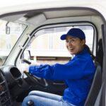 トラックに乗る女性